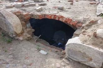 Правдинск. Калининградская область. Калининградская улица. Разрушенный старинный дом. Подвал