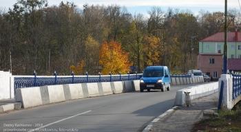 Правдинск. Калининградская область. Машина на мосту через Лаву
