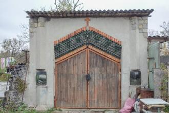 Багратионовск. Улица Пограничная. Фасад частично сложен из стеклянных бутылок