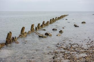 Таганрогский залив Азовского моря. Пляж. Заграждение от волн. Ейск