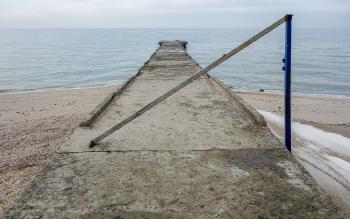Волнорез на пляже. Ейск. Зимнее фото