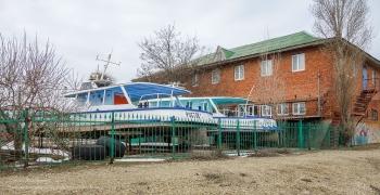 Прогулочные теплоходы на зимней стоянке. Ейск. Берег Азовского моря