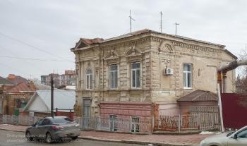 Ейск. Старый каменный двухэтажный дом. Улица Ленина