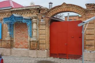Ейск. Старые домики. Арка над воротами