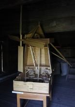 Макет деревянной ветряной мельницы. Фото