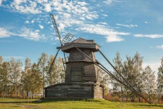 Деревянная ветряная мельница.  Фото