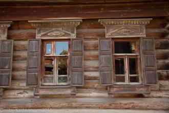 Деревянные окна с резным ставнями
