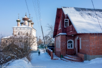 Гороховец. Новый дом и старая церковь на ул. Киселева