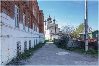 Гороховец. Слева здание школы, прямо Воскресенская церковь