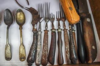 Старинные вилки, ложки, ножи