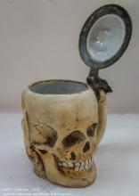 Старинная кружка в виде черепа