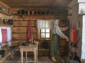 Интерьер старой кухни деревянного дома с русской печью