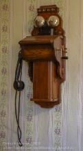 Старый настенный деревянный телефон без диска