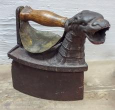 Угольный утюг с защитой для руки и трубой в виде головы льва
