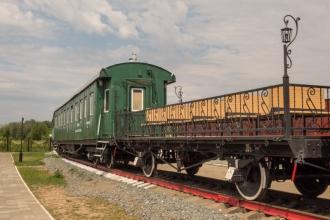 Старые вагоны и прогулочные платформы
