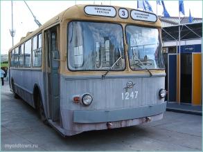 Фотография старого троллейбуса с круглыми фарами