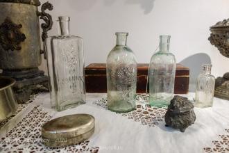 Старинные стеклянные бутылки и шкатулки