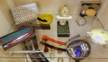 Карманный фонарик, бритвенные принадлежности, старые часы и пепельница