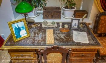 Старинный письменный стол. Дзержинский краеведческий музей
