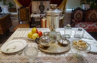 Старинный стол с самоваром и чайными чашками. Дзержинский краеведческий музей