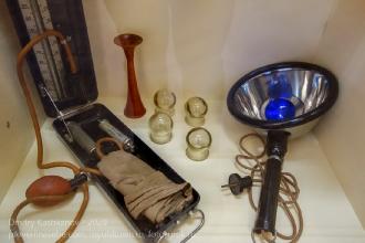 Медицинские банки, синяя лампа и аппарат для измерения давления