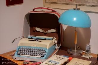 Пишущая машинка Consul и настольная лампа