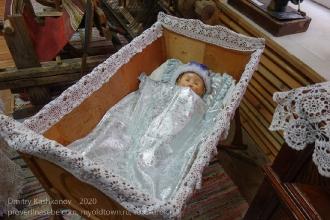Старая деревянная люлька-качалка