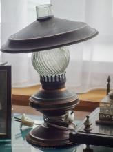 Старая настольная лампа. Имитация керосиновой лампы. Ейский краеведческий музей