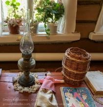 Керосиновая лампа, букварь и тряпичная кукла