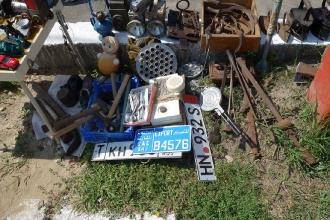 Старые номера для машин, форма для пельменей, радио
