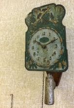 Старинные часы с гирей и маятником