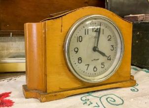 Часы Маяк в деревянном корпусе