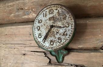 Циферблат старинных часов с маятником