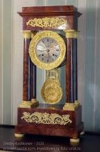 Старинные часы с маятником. Иркутский музей декабристов
