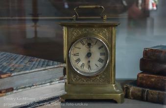 Старинные настольные часы. Иркутский музей декабристов