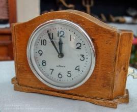 Старые часы марки Маяк в деревянном корпусе. Фото