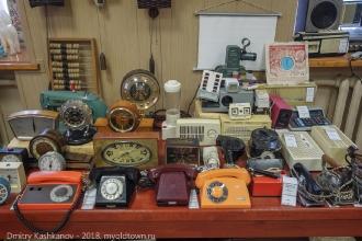 Старые телефоны, часы, радио